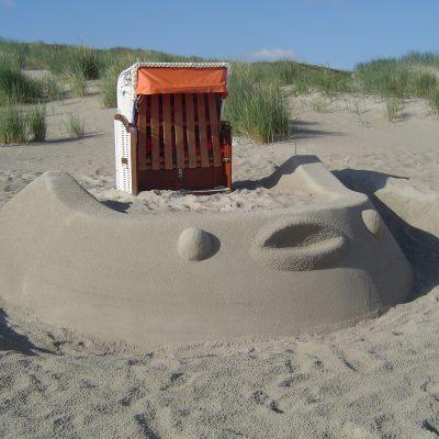 Strandburg mit Strandkorb am Loog-Strand